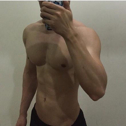 肌肉帅哥玩自拍,看我胸肌多大