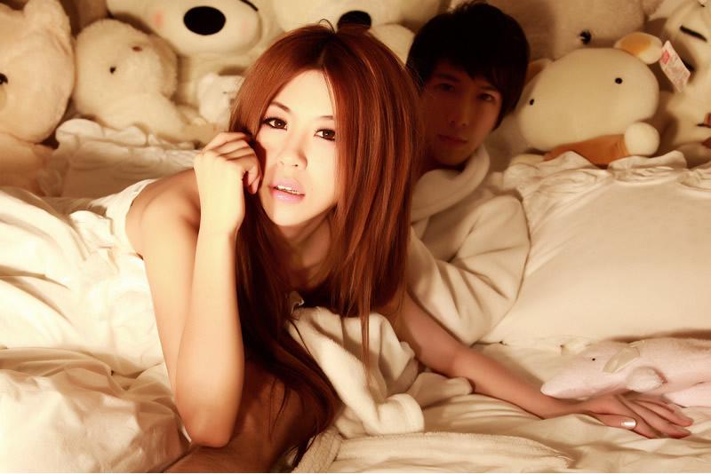 性感美女和帅哥在床上睡觉