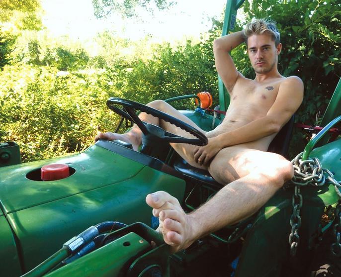 帅哥裸模在车上打飞机