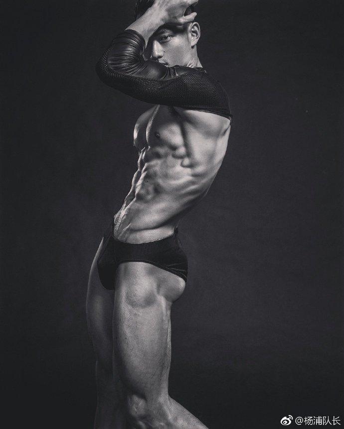 这个pose不错,大展肌肉身材
