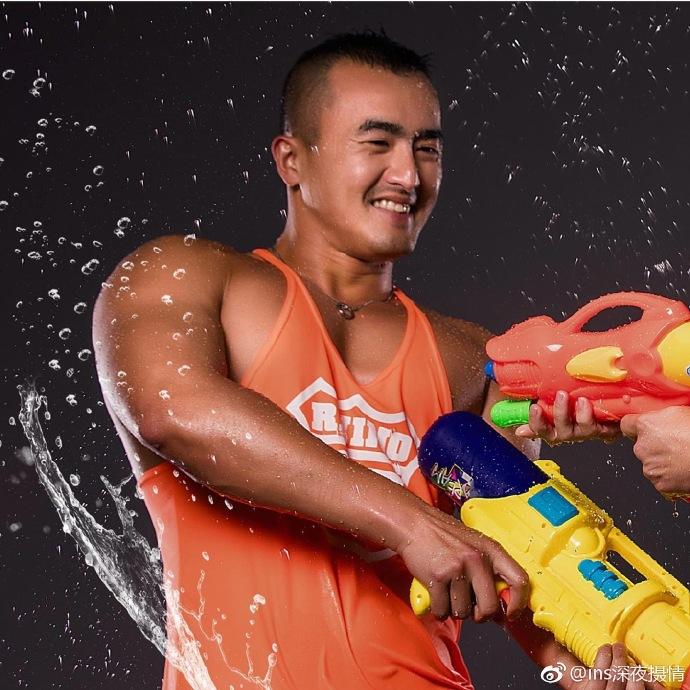 泰国泼水节肌肉帅哥湿身诱惑