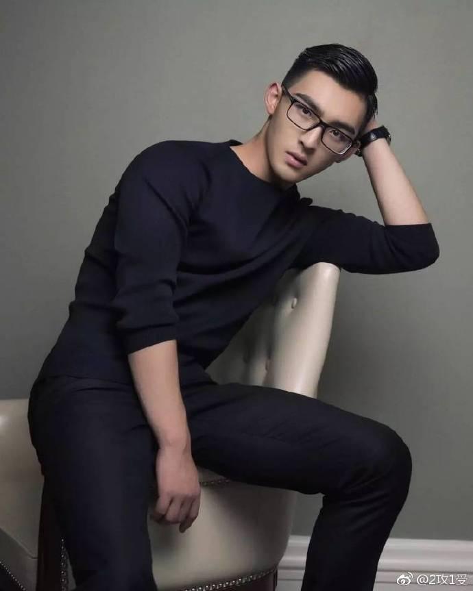 眼镜帅哥照片 帅哥戴眼镜很迷人