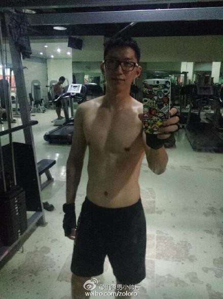 在健身房的帅哥照片