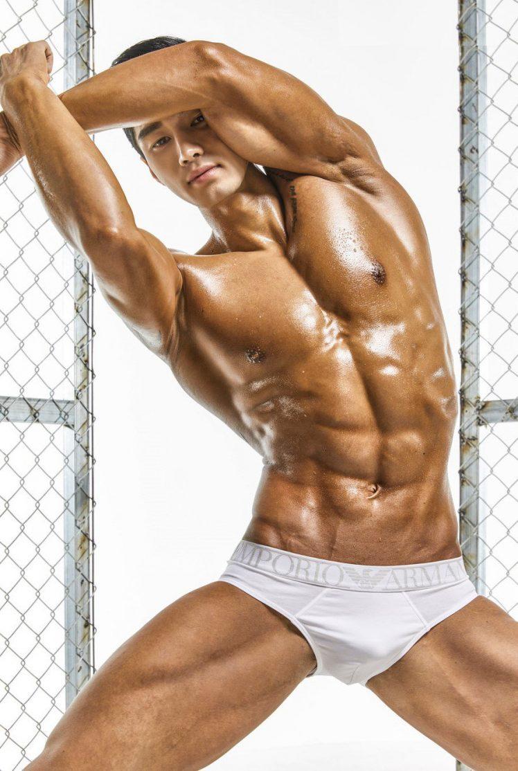 这一身肌肉练得出油咯 很性感