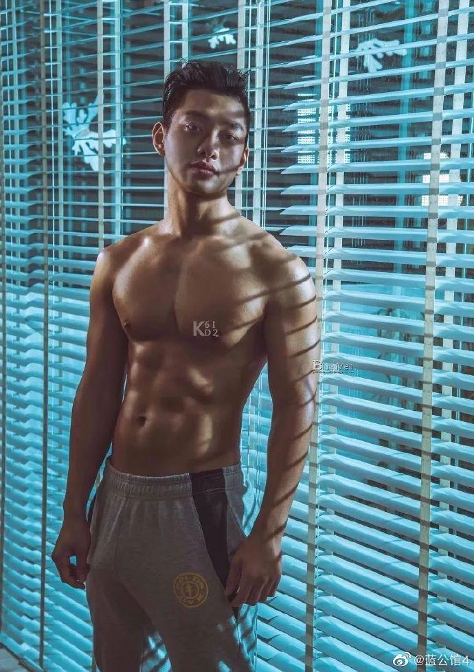 黝黑肤色也是肌肉男人的一种美