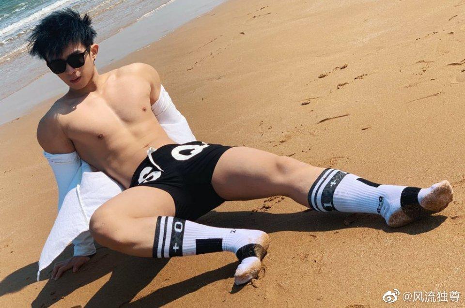沙滩上看到的白袜帅哥眼镜很酷