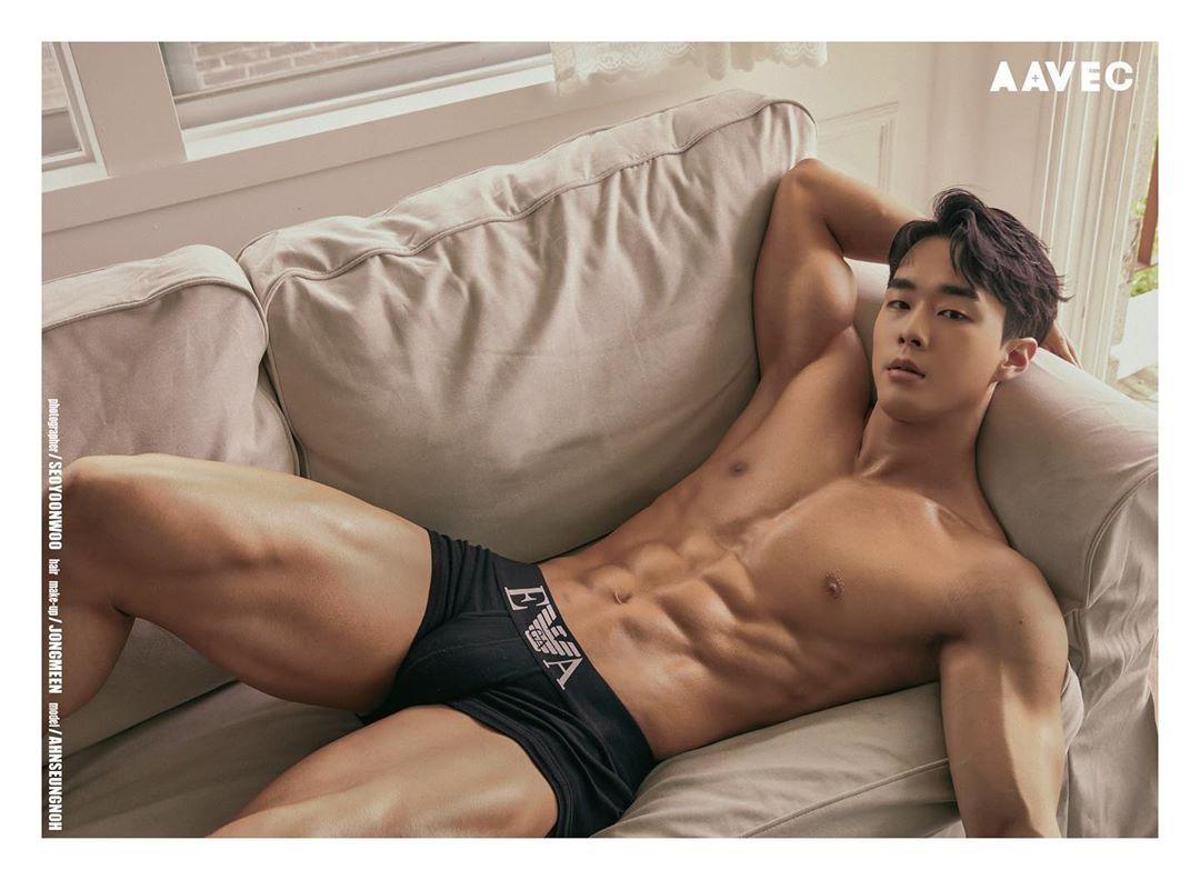内裤男模大秀胸肌