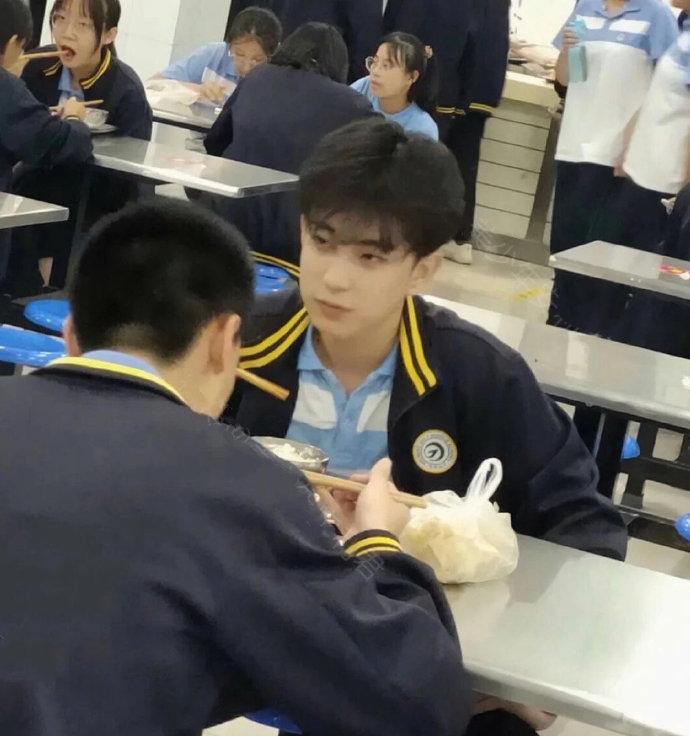 学校食堂偶遇帅帅的小哥哥