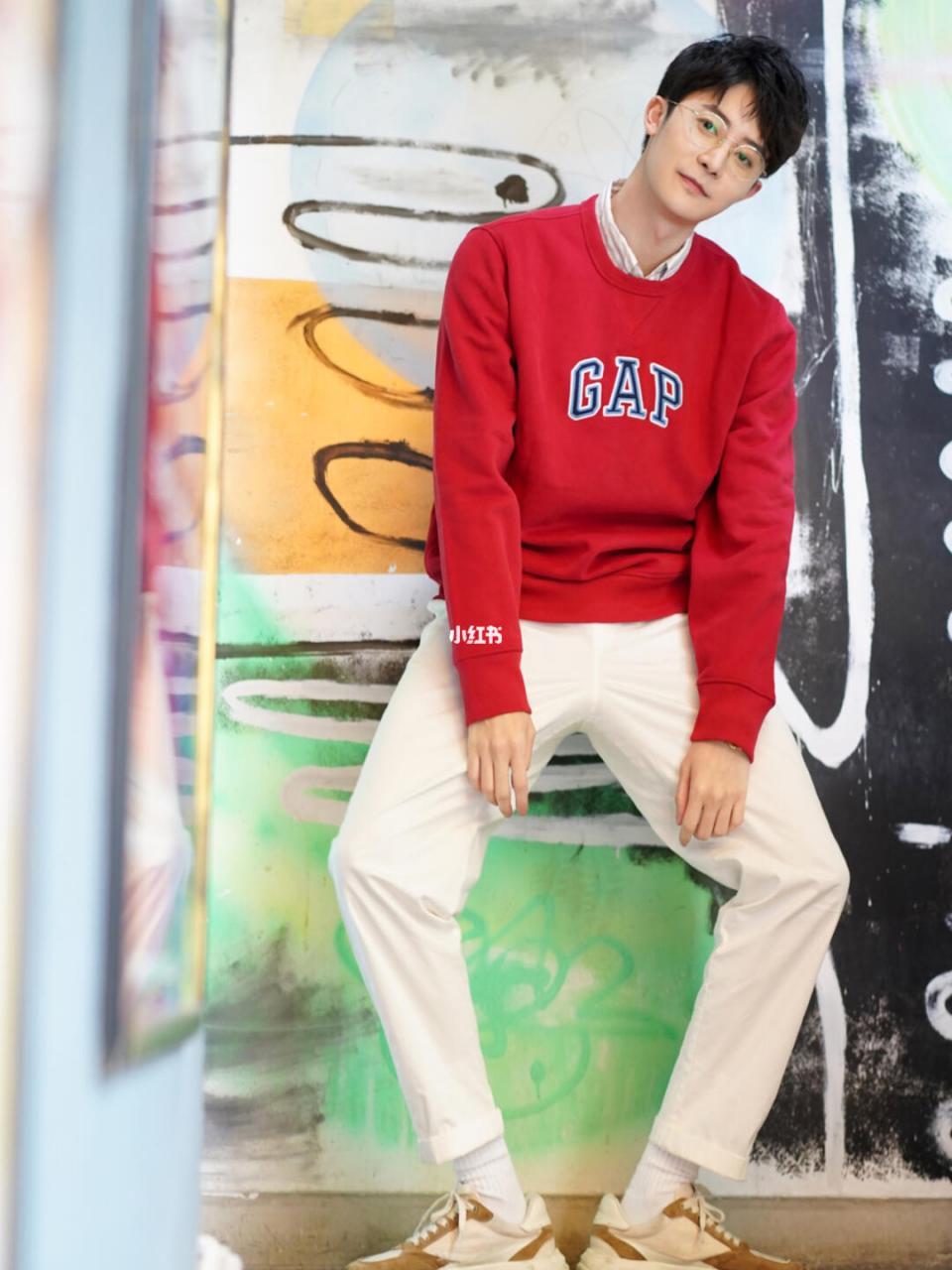 红色卫衣打造的日式休闲风格